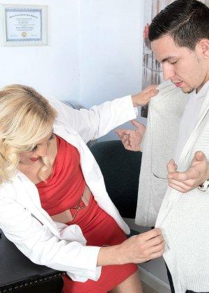 Парень выебал блондинку в офисе, она сама вытащила его член из брюк и принялась сосать - фото 9