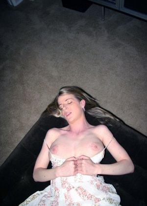 Сисястая Анита выпила лишнего, вывалила свои натуральные дойки из сарафана и принялась сосать хер до получения на рот спермы - фото 13