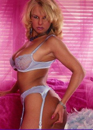 Зрелая блондинка в эротическом белье показывает свое тело, делая акцент на самых выгодных зонах - фото 8