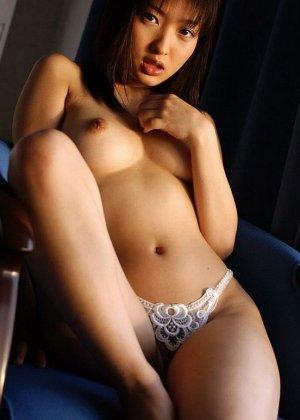 У азиатки Майко Казано аппетитные натуральные форы груди и волосатая пизда, так и хочется зарыться в этот шелк пальцами - фото 11