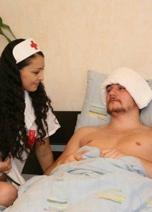 Красивая девка хотела помочь пациенту, он же с радостью трахнул медсестру в больнице - фото 8
