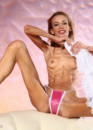Очень худая балерина Ирина, позирует в белом нижнем белье и зачем-то показывает свою грудь - фото 16