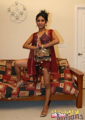 Элитная для Индии шалава показывает пизду и небольшую грудь - фото 15
