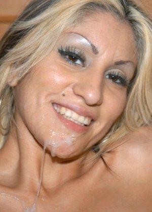 Сексуальная красотка соблазняет мужчину, он трахает ее до тех пор, пока не решает кончить на личико - фото 3