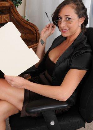 36-летняя Кайлинн показывает прелести на работе - фото 8