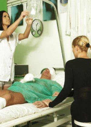Медсестра сосет хуй у лежачего пациента - фото 8