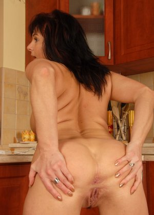 40-летняя дама показывает свою небритую и развороченную пизду - фото 6