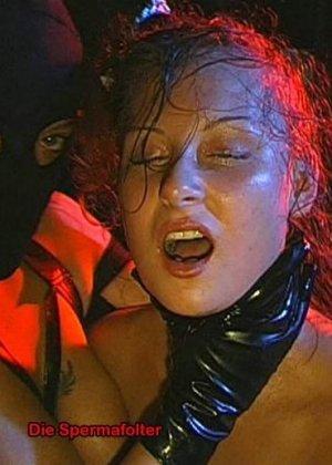 Сперма на лице может оказаться в том случае, если девушка не против группового порева, парни обожают доставать свои стволы и исполнять камшоты - фото 16