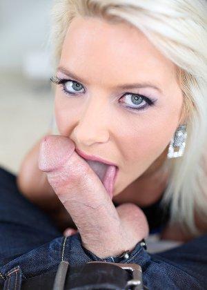 Смазливая блондинка запачкала лицо спермой и этому очень рада - фото 3