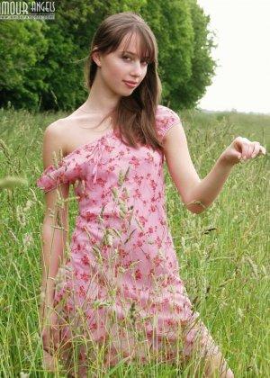 Анжела на отдыхе в деревне играет голой в высокой траве, у нее бритая красивая вагина и небольшие титьки - фото 8