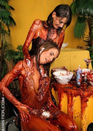 Две гламурные женщины обмазали себя едой во время ужина в ресторане - фото 4