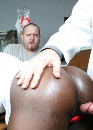 Мужчины вызвали в офис толстозадую негритянку и трахнули ее на столе - фото 6