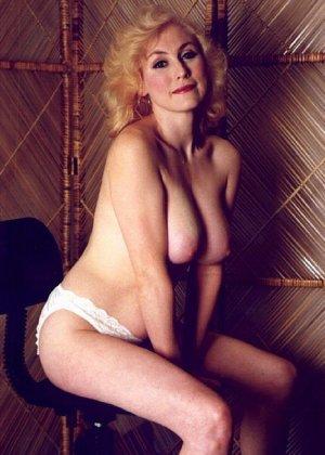 Пожилая грудастая блондинка раздевается до гола, иногда сжимая свои сиськи - фото 2