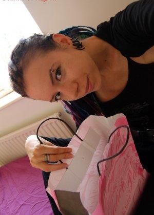 Алиша собирается тыкнуть, в свою волосатую промежность, черный дилдо - фото 8