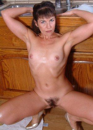 Домохозяйка оголила свой мохнатый лобок - фото 6