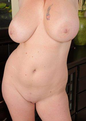 Рыжая женщина с большими грудями хочет помастурбировать - фото 14