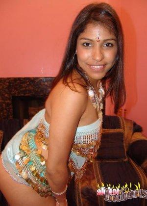 Индийская жена знает толк в сексуальных танцах, она способна возбудить мужа, не прикасаясь к нему - фото 15