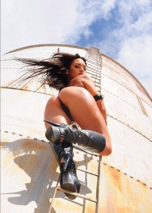 Рози Револьвер снимается в эротической картине, играя роль роковой телки с пистолетом и в одном нижнем белье - фото 10
