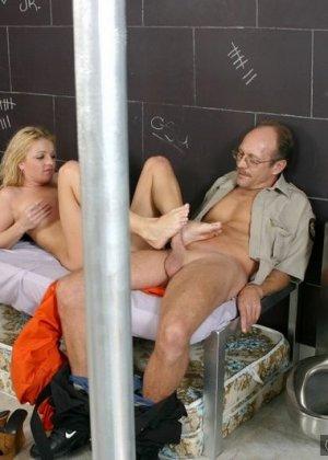Дала полизать ноги надзирателю за сигарету - фото 3