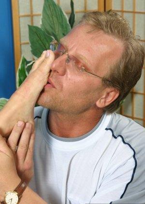 Зрелый мужчина получает колоссальное удовольствие от того, что вылизывает женские ножки - фото 10