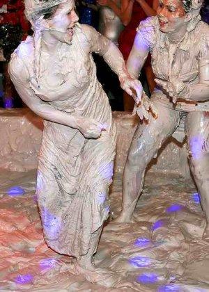 Взрослые женщины борются в грязи, даже не снимают одежду, поэтому и остаются грязными - фото 2
