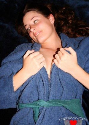 Девушка в халате на голое тело, слегка приоткрывает свои груди - фото 2