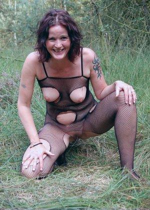 Пожилая женщина мастурбирует в лесу - фото 5