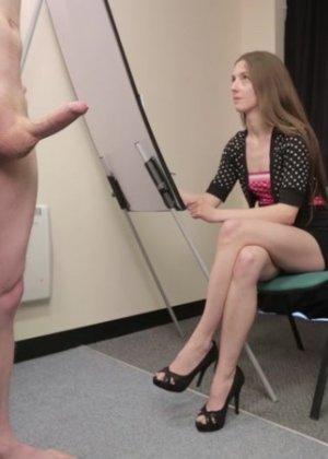 Студентка подрочила и отсосала хуй у голого мужчины - фото 14