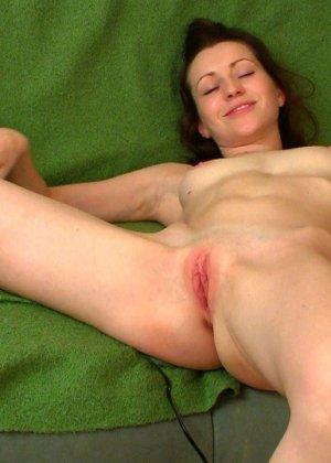 Женщина показывает, как сокращается ее матка во время оргазма - фото 7