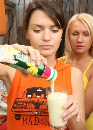 Шесть девок устроили небольшую вечеринку дома - фото 11