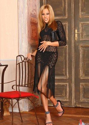 Анита Пирл стоит обнаженная на высоких каблуках - фото 15