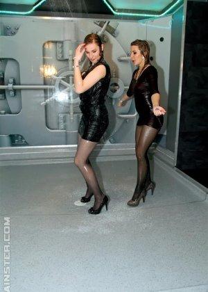 Одетые в обтягивающие платья девки, обливаются водой - фото 5