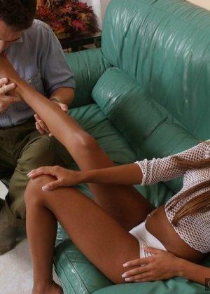 Парень лижет негритоске пальцы ног, а она в это время мастурбирует пизду, сняв трусы - фото 8