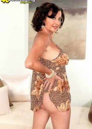 Соло Синди Стар,  зрелая домохозяйка с большими сиськами крутит свои тугие соски и ложится на белый диван - фото 10
