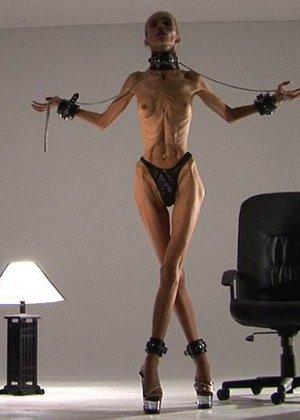 Невероятно худые девушки показывают гибкость тел, эротика специально для любителей худышек - фото 5