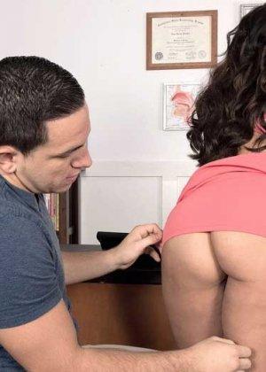 Зрелая Габриэлла трахается с молодым сослуживцем прямо на рабочем столе - фото 8
