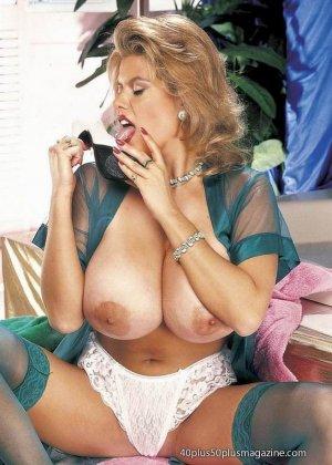 Пухлая зрелая домохозяйка в чулках забирается в ванну, ее одежда мокрая, но ее это не смущает, она играет со своими большими буферами - фото 10