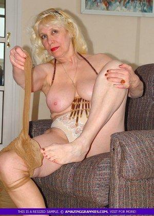 Русская пожилая женщина снимает чулки и остается в трусах - фото 9