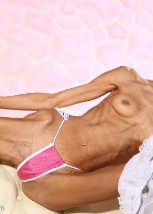 Очень худая балерина Ирина, позирует в белом нижнем белье и зачем-то показывает свою грудь - фото 4