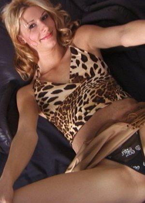 Сексуальная деваха показывает округлые бедра и сладкое анальное отверстие - фото 9