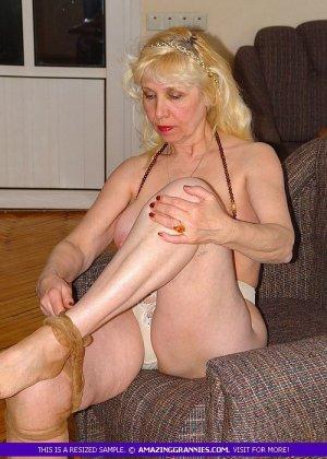 Русская пожилая женщина снимает чулки и остается в трусах - фото 8