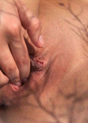 Кристина на свежем воздухе и в высокой траве показывает бритую вагину и узкую анальную дырку крупным планом - фото 6