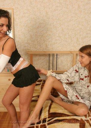 Две молодые девушки ублажают друг друга, рассматривают тела и получают удовольствие от ласк - фото 11
