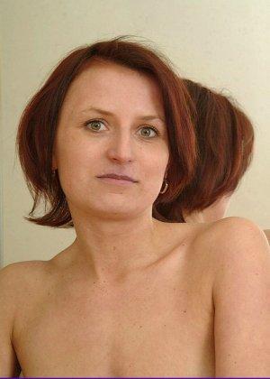 Зрелая женщина предстает перед камерой абсолютно голая – ей не стыдно показать свою волосатую пизду - фото 7