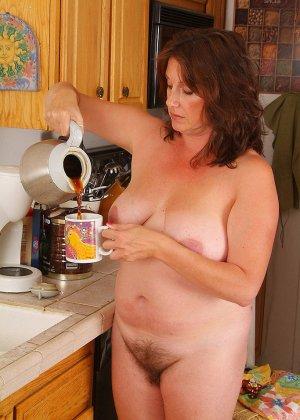 Пухлая пожилая домохозяйка показывает свою пизду, такой какая она у нее есть - фото 6