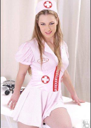 Медсестра засунула в пизду прозрачную штучку, чтобы можно было получше разглядеть ее внутри - фото 11