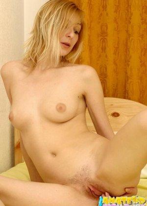 Блондинка широко раздвинула красивые ноги и засунула в вагину палец, она любит мастурбировать - фото 4