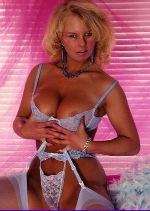 Блондинка показывает шикарный бюст и не только – она не стесняется ничего и дает рассмотреть себя всем - фото 8