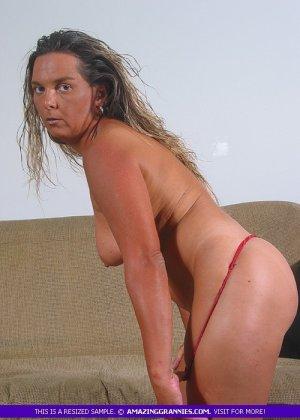 Загорелая пожилая женщина показывает свое тело для тебя - фото 12