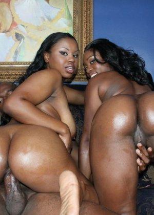 Две темнокожие дамочки расслабляются в компании друг друга, позволяя негру себя оттрахать - фото 14